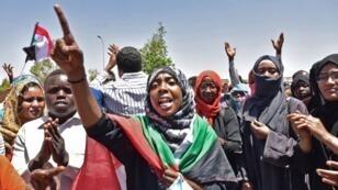 متظاهرون أمام مقر الجيش السوداني في الخرطوم. 15 أبريل/نيسان 2019