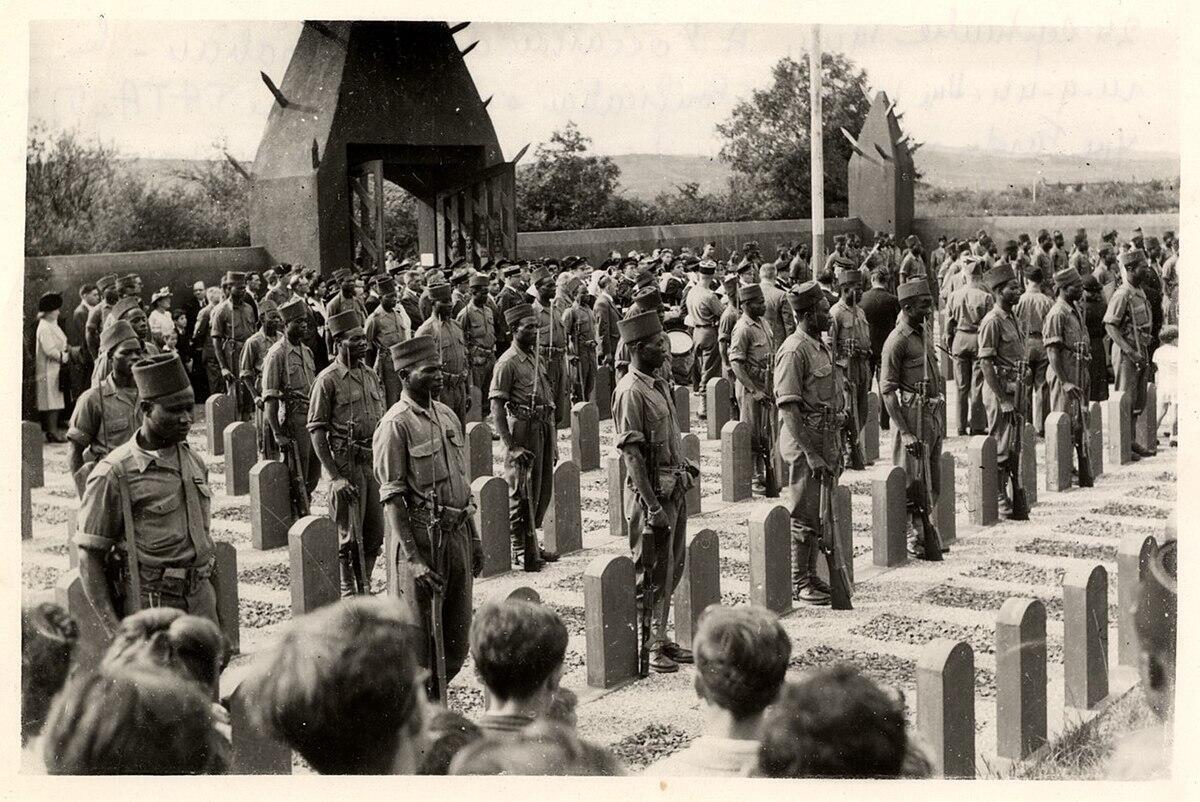 Des tirailleurs sénégalais aux pieds des tombes du cimetière de Chasselay, le 24 septembre 1944