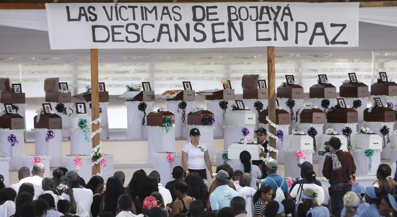 Familiares de víctimas de la masacre, participan en Bojayá en el sepelio colectivo de sus parientes 17 años después de la tragedia. 18 de noviembre de 2019.