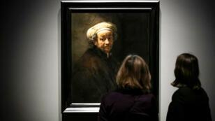 Un par de visitantes del Rijksmuseum de Ámsterdam, Países Bajos, ante una de las obras que hacen parte de la exposición de los mejores trabajos de Rembrandt el 13 de febrero de 2019.