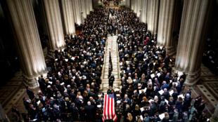 La Guardia de Honor lleva el ataúd del expresidente George Herbert Walker Bush por la isla central después de una ceremonia conmemorativa en la Catedral Nacional en Washington, EE. UU., el 5 de diciembre de 2018.