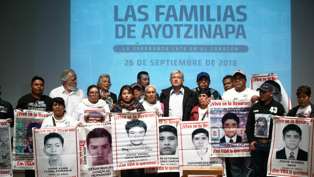 El presidente electo Andrés Manuel López Obrador y familiares de 43 estudiantes del Colegio Ayotzinapa Raúl Isidro Burgos que desaparecieron hace cuatro años participan en una reunión en el Museo de la Memoria y la Tolerancia en la Ciudad de México, México, el 26 de septiembre de 2018.
