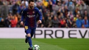 الأرجنتيني ليونيل ميسي لاعب برشلونة خلال مباراة فريقه أمام فالنسيا على ملعب كامب نو في 14 نيسان/ أبريل 2018