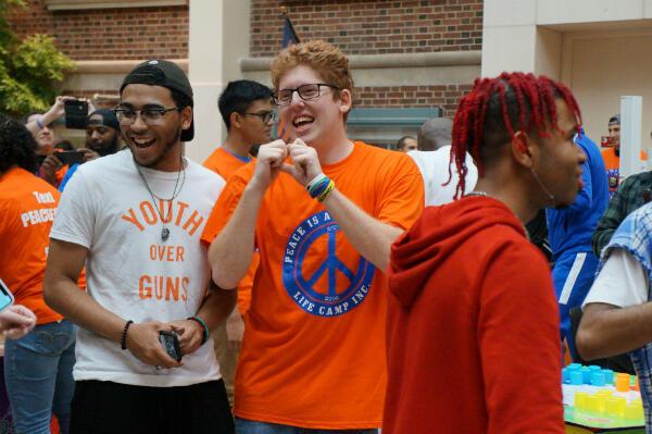Matt Dietsch (au centre), dont le jeune frère a survécu à l'attaque du lycée de Parkland, est l'un des organisateurs de Road to Change.