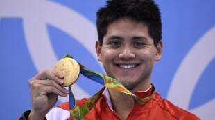 Le naneur singapourien  Joseph Schooling avec sa médaille d'or olympique du 100 m papillon le 13 août 2016 à Rio
