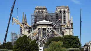 Après plus de trois semaines d'interruption, les travaux à Notre-Dame reprennent, lundi 19 août, à Paris.