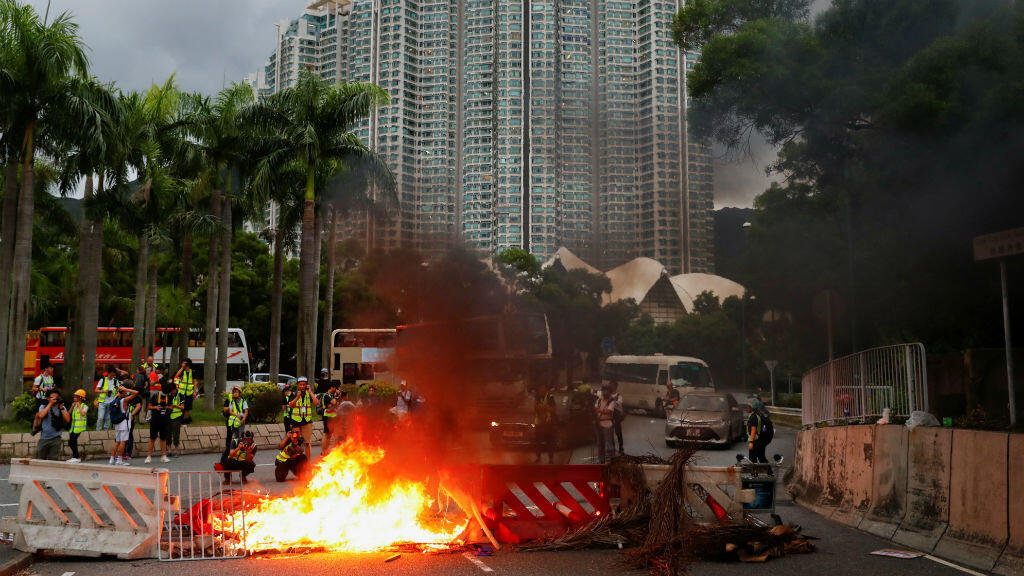 Disturbios en manifestación prohibida cerca del Parlamento en Hong Kong