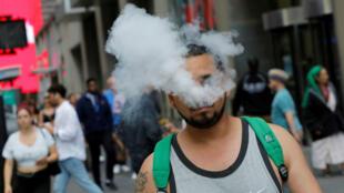 Los manifestantes usan camisetas que muestran cómo dejan de fumar usando vapeo con sabor durante una protesta en Massachusetts contra la prohibición de cuatro meses del estado de todas las ventas de productos de vapeo en Boston, Massachusetts, EE. UU., 3 de octubre de 2019.