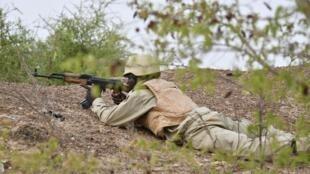 Un soldat burkinabè prend part à un exercice près de Ouagadougou le 13 avril 2018.