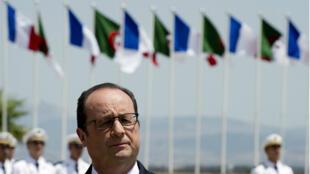 Le président François Hollande lors de son arrivée à Alger, le 15 juin 2015.