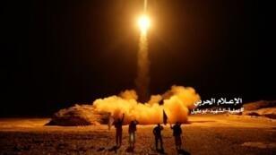 لقطة من فيديو نشره الحوثيون لإطلاق صاروخ بالستي 25 آذار/مارس 2018.