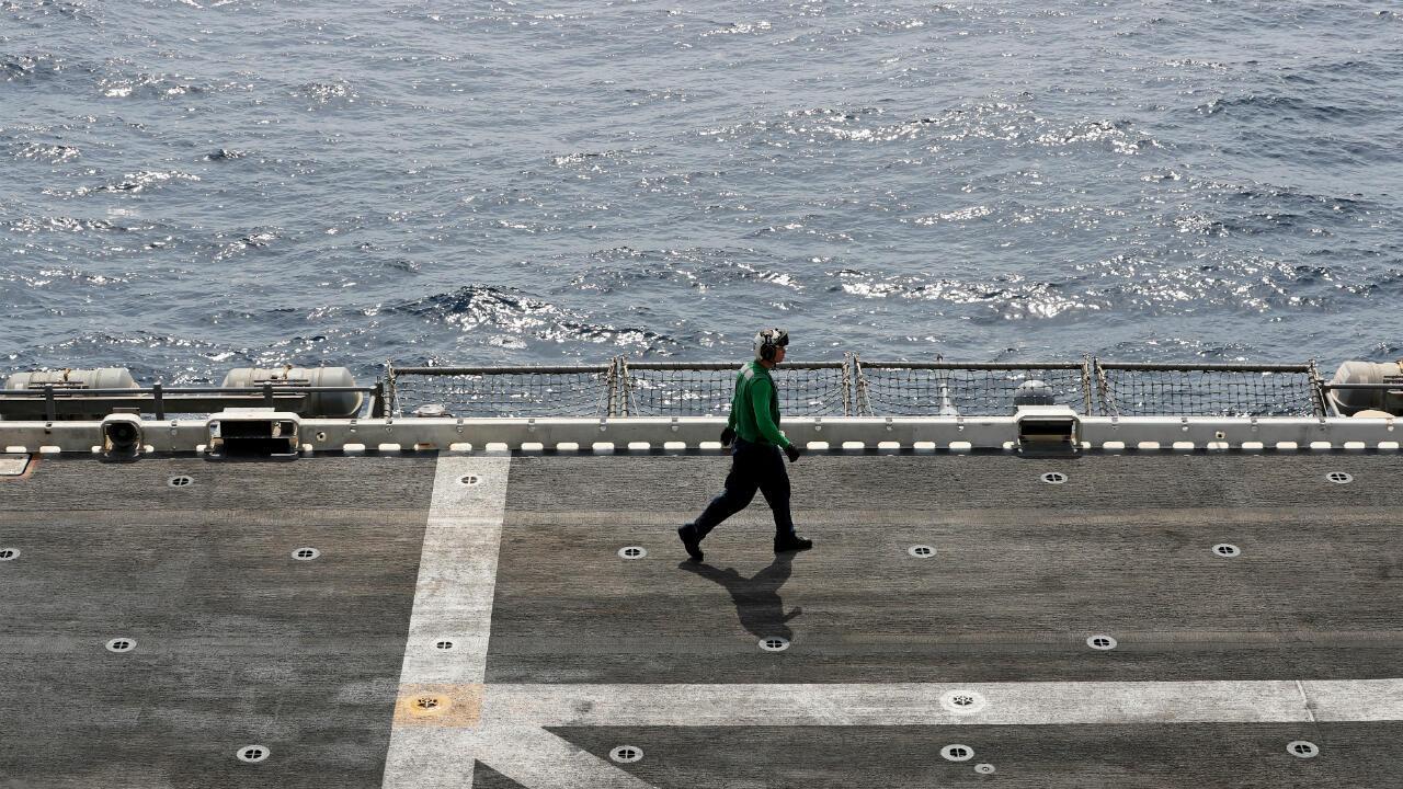 Un soldado estadounidense pasea a bordo del buque militar USS Boxer cerca del estrecho de Ormuz el pasado 17 de julio de 2019