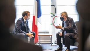 El presidente de Francia, Emmanuel Macron (izq), reunido con el titular del Comité Olímpico Internacional (COI), Thomas Bach, en Tokio el 23 de julio de 2021