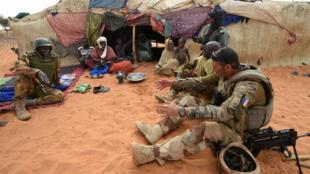 Des soldats français de l'opération Barkhane s'entretiennent avec une famille touareg le 10 mars 2016 à Timbamogoye, au Mali..
