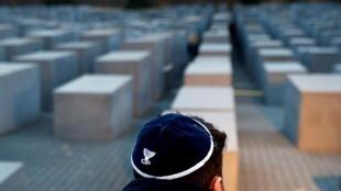 Un miembro de la comunidad judía de Berlín en el Memorial del Holocausto de la capital alemana, el 8 de noviembre de 2018.