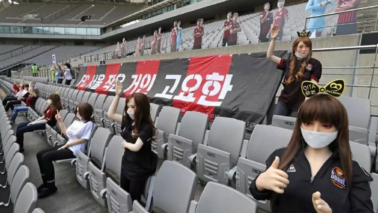 دمى موزعة في مدرجات ملعب نادي إف سي سيول في كوريا الجنوبية خلال مباراة الفريق في الدوري المحلي ضد غوانغجو في 17 ايار/مايو 2020.
