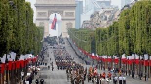 Las tropas europeas durante el desfile militar del Día de la Bastilla en la Avenida de los Campos Elíseos en París, Francia, el 14 de julio de 2019.