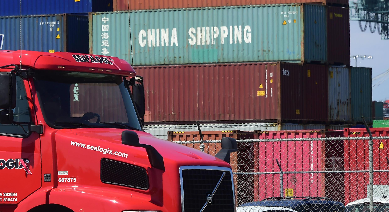 Un camión pasa al lado de contenedores en un puerto de California, EE. UU. 6/7/2018