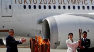 الحائزان على الميداليات الذهبية الأولمبية ثلاث مرات تاداهيرو نومورا وساوري يوشيدا بعد إضاءة الشعلة الأولمبية بينما كان يراقبه رئيس أولمبياد طوكيو 2020، في هيغاشي ماتسوشيما، محافظة مياجي، شمال اليابان 20 مارس/ آذار 2020.