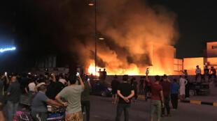 Des manifestants mettent le feu au bâtiment du mouvement Hikma, à Najaf, le 2octobre2019.