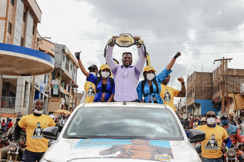 Francis Ngannou salue ses supporters depuis son pick-up.