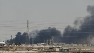 El humo de los ataques en la petrolera Aramco se pudo ver durante toda la jornada