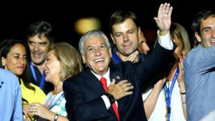 El candidato presidencial Sebastian Pinera gesticula después de ganar las elecciones presidenciales, en Santiago, Chile, el 17 de diciembre de 2017.