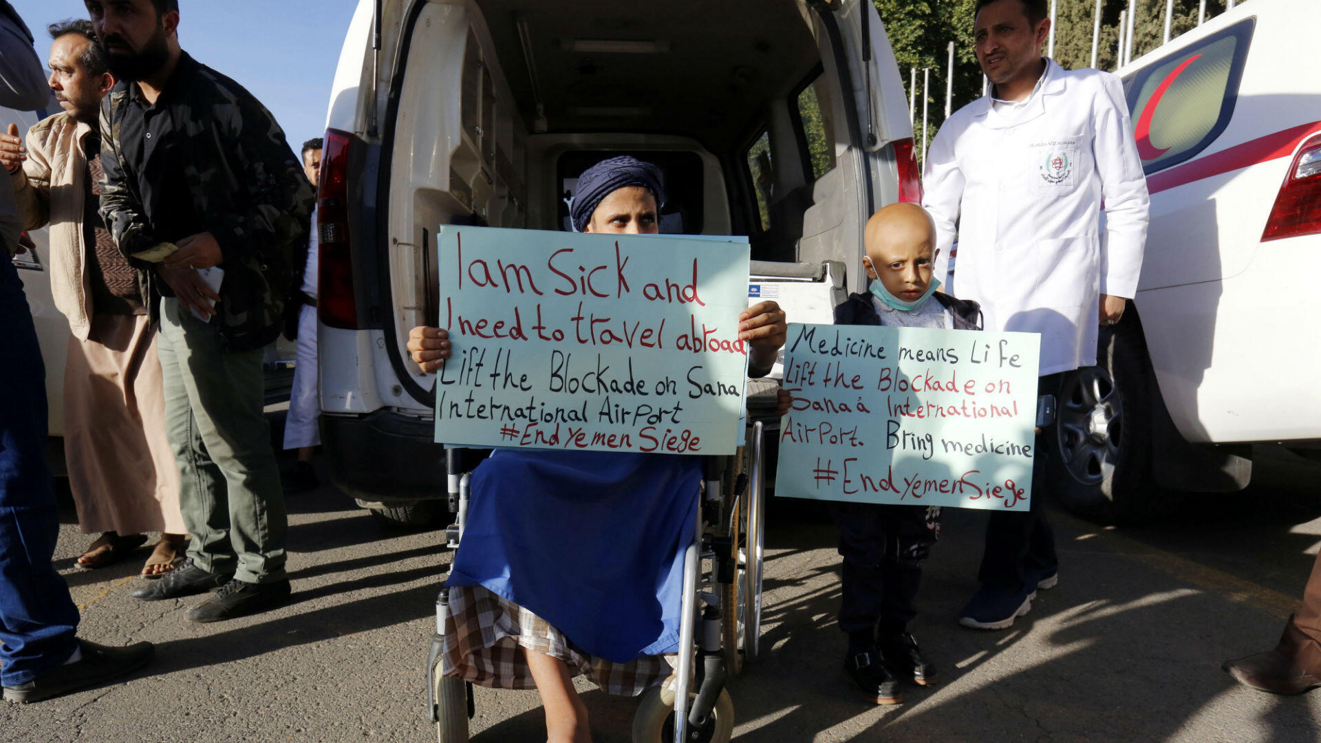 Un par de niños yemeníes mientras sostenían pancartas para pedir la reapertura del Aeropuerto de Saná en medio de la llegada del enviado especial de Naciones Unidas para Yemen, Martin Griffiths, el 5 de enero de 2019.
