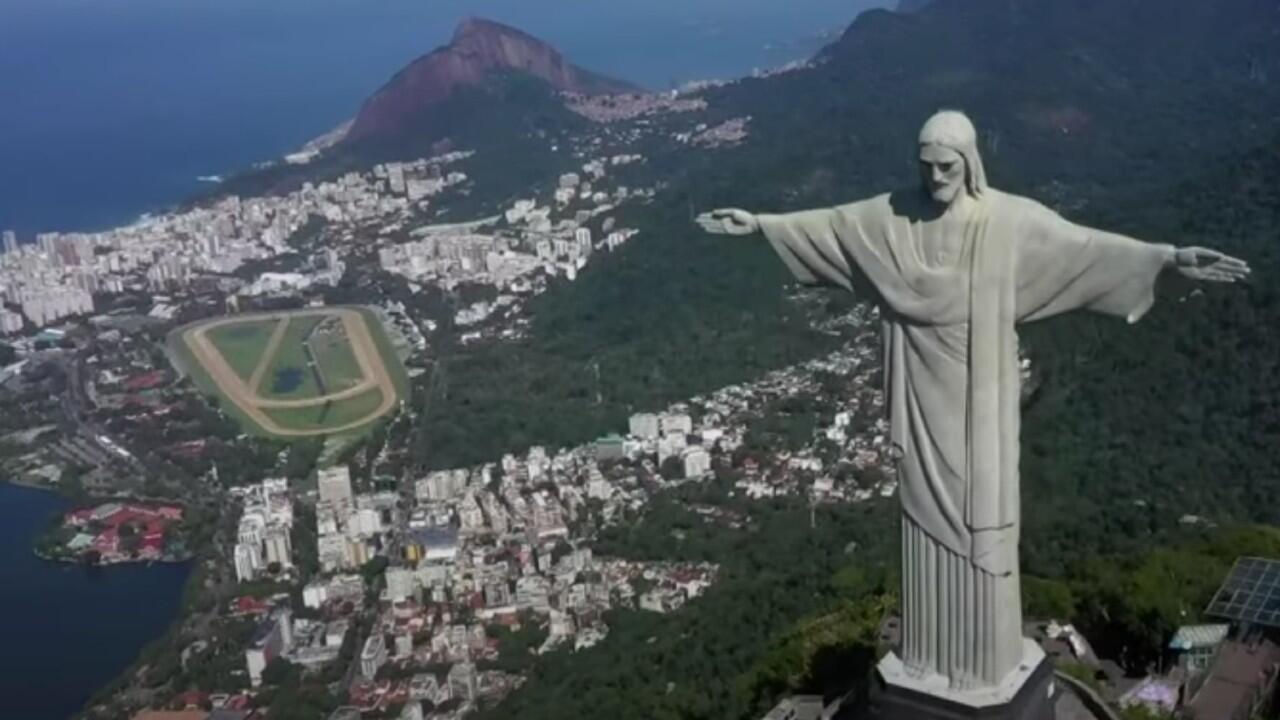 El famoso Cristo Redentor de Río de Janeiro preside la ciudad brasileña cerrado al público debido a la pandemia de Covid-19.