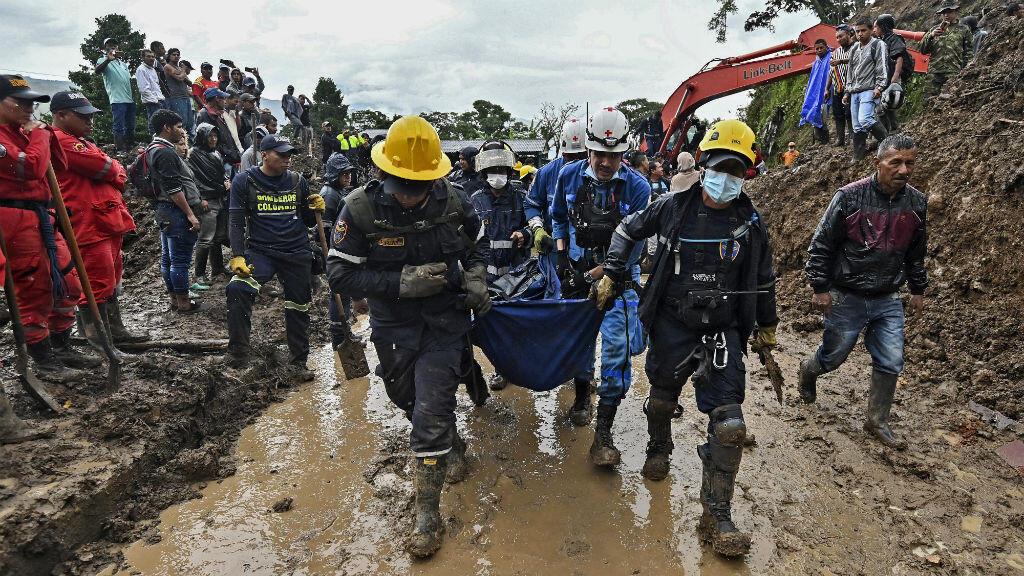 Los trabajadores de los equipos de rescate transportan un cadáver luego de un deslizamiento de tierra en Rosas, Cauca, en el suroeste de Colombia, el 21 de abril de 2019.