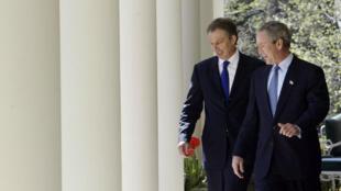 L'ancien premier ministre britannique, Tony Blair, et l'ancien président américain, George W.Bush, marchent dans le jardin de la Maison Blanche (avril  2004).
