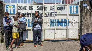 أشخاص ينتظرون أمام مكتب الصحة للحصول على لقاح في مدينة غوما 15/07/2019