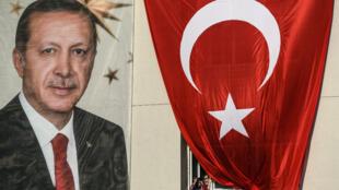 Contre toute attente, le parti du président turc Reccep Tayyip Erdogan a remporté, le 1er novembre, la majorité absolue au Parlement.