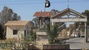 -راية تنظيم الدولة الإسلامية على مدخل سجن تدمر