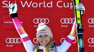 Lindsey Vonn sur le podium de l'épreuve de descente, le 18 janvier 2015, à Cortina d'Ampezzo en Italie.