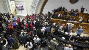 Des députés de l'opposition se querellent avec des représentants du gouvernement au sujet du procès en destitution du président, le 25 octobre.