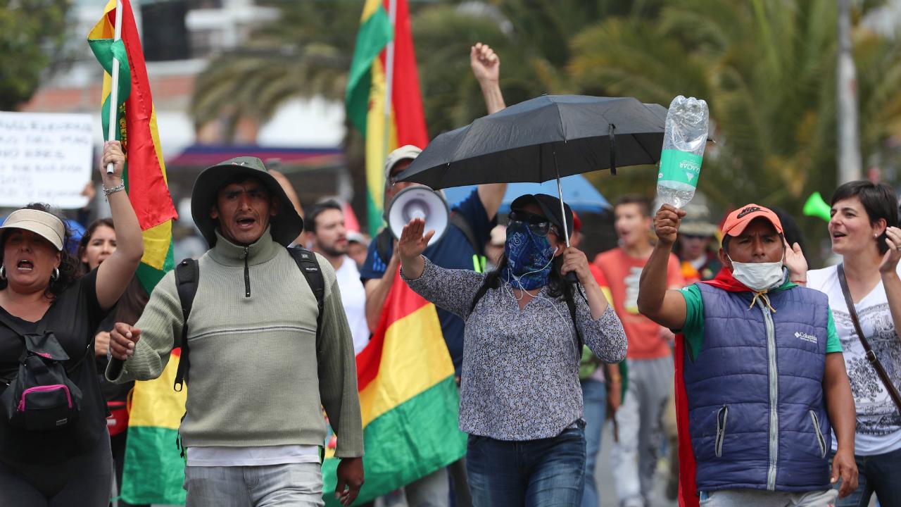 Ciudadanos bolivianos marchan para conmemorar la muerte de dos personas durante los enfrentamientos de Santa Cruz, en La Paz, Bolivia, el 1 de noviembre de 2019.