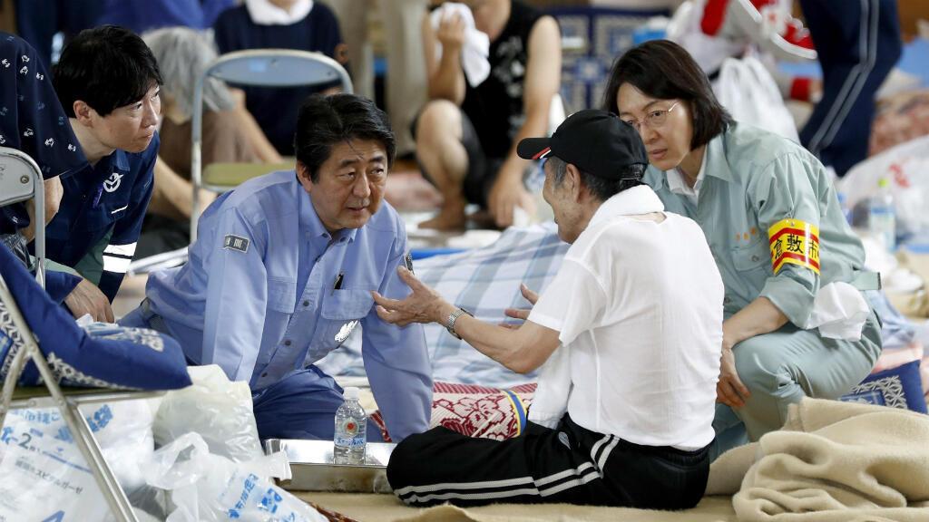 El primer ministro japonés, Shinzo Abe, visita a las personas evacuadas por las fuertes lluvias e inundaciones en el pueblo de Kurashiki, Okayama, Japón, el miércoles 11 de julio de 2018.