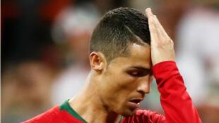 Cristiano Ronaldo al parecer desanimado tras fallar un penal que fue salvado por el arquero iraní Alireza Beiranvand en el Mordovia Arena, Saransk, Rusia, el 25 de junio de 2018.