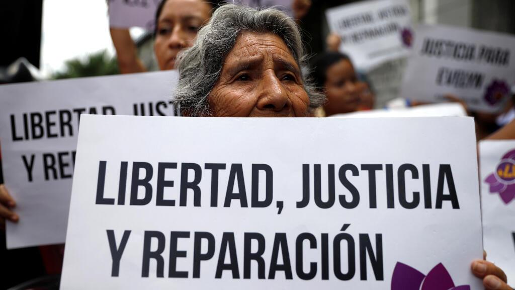 """Una mujer sostiene un cartel que reza """"libertad, justicia y reparación"""" durante las protestas en apoyo de Evelyn Hernández el pasado lunes 19 de agosto."""