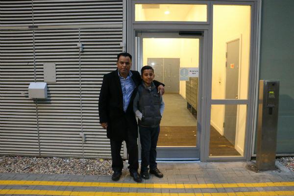 Lipon Miah et son fils devant l'entrée des logements sociaux, au One Commercial Street.