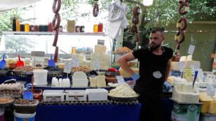 Un marchand turc attend des clients sur un marché d'Istanbul le 14 août 2018.