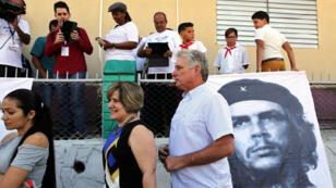 El vicepresidente primero de Cuba Miguel Díaz-Canel espera en fila para votar en Santa Clara. 11/3/18