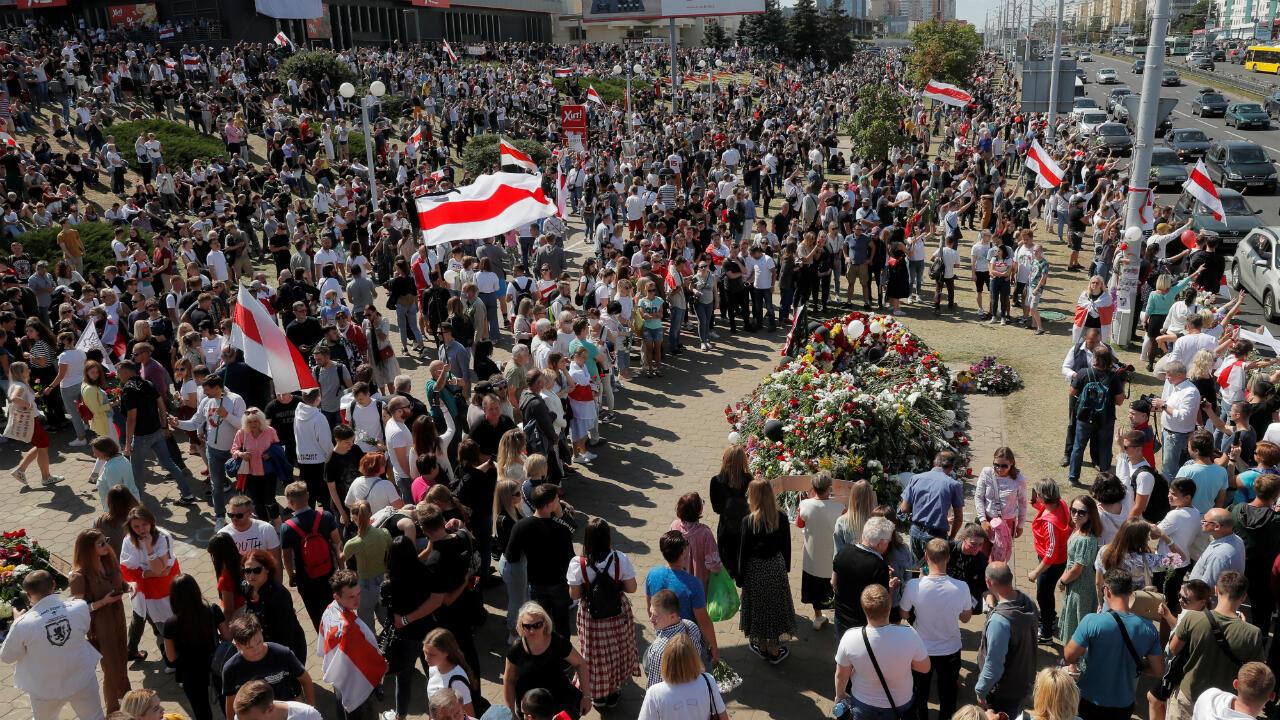 Ciudadanos reunidos rinden homenaje al manifestante Alexander Taraykovskiy, quien murió durante manifestaciones recientes contra los resultados de las elecciones presidenciales, en el lugar de su muerte, en Minsk, Belarús, el 15 de agosto de 2020.