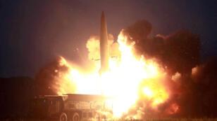 Se lanza un misil durante las pruebas en una ubicación no identificada en Corea del Norte, en esta imagen sin fecha proporcionada por KCNA el 7 de agosto de 2019.