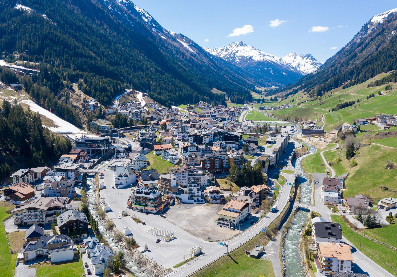 """El pueblo austríaco de la estación de esquí Ischgl, apodado la """"Ibiza de los Alpes"""", se ve vacío luego de ser el centro de un brote temprano de coronavirus en Europa."""