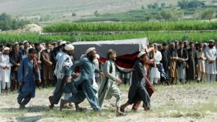 Des hommes portent le cercueil d'une des victimes tuées par une frappe de drones dans la province de Nangarhar, en Afghanistan, le 19 septembre 2019.