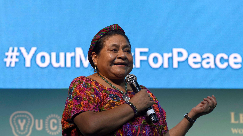 """La Premio Nobel guatemalteca (1992) Rigoberta Menchú habla este jueves durante la plenaria """"Culturas Originarias y Paz Regional """", en el marco de la XVII Cumbre Mundial de Premios Nobel de la Paz, en la ciudad de Mérida (México)."""