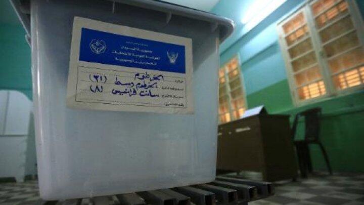 أحد مراكز التصويت في الخرطوم عشية الانتخابات العامة التي تجري في 12 نيسان/ أبريل 2015