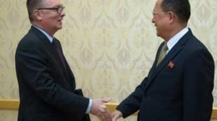 مصافحة بين مساعد الأمين العام للأمم المتحدة للشؤون السياسية جيفري فلتمان (يسار) ونائب رئيس اللجنة المركزية لحزب العمال الحاكم في كوريا الشمالية ري سو-يونغ في بيونغ يانغ في 7 كانون الأول/ديسمبر 2017.